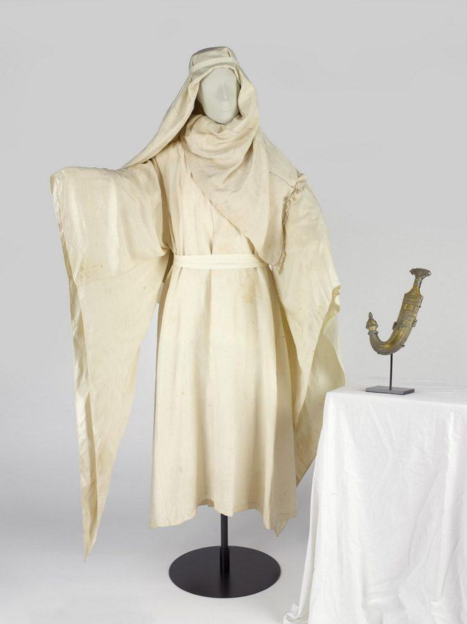 Museum image of Lawrence of Arabia's dagger, robes and kaffiyah