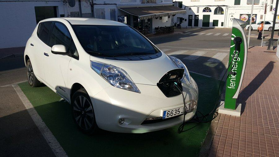 Nissan leaf at charge point