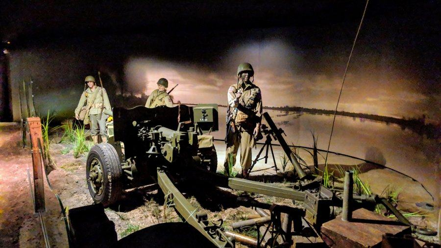 Diorama. US soldiers maneuver a field gun