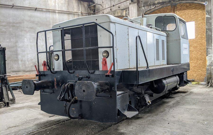 Grey diesel shunter locomotive in the roundhouse at Montabon