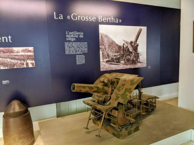 Detailed model of a large artillery piece