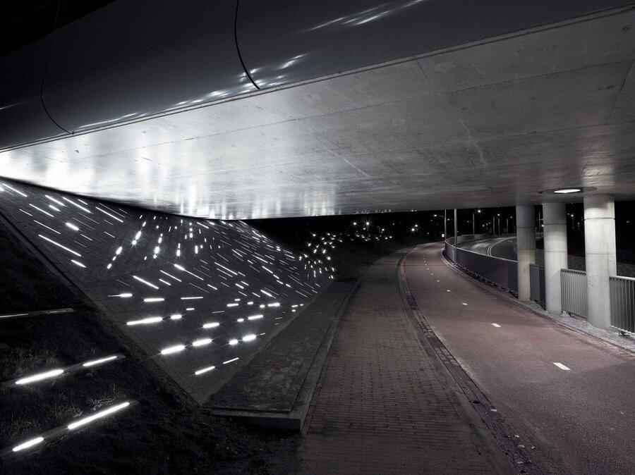 'Een Spoor van Water' lights along the road embankment